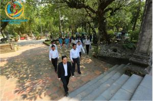 Ông Nguyễn Văn Tuấn - Hiệu trưởng nhà trường dẫn đầu buổi lễ dâng hương báo công nhân dịp năm học mới