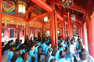 Sau khi thực hiện nghi lễ dâng hương, sinh viên ngồi nghe lịch sử, truyền thống hiếu học của dân tộc