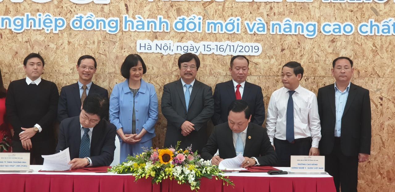 Ông Nguyễn Văn Tuấn - Hiệu Trưởng Trường Cao đẳng Công nghệ Y Dược Việt Nam ký kết hợp tác với Doanh nghiệp